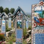poza Cimitirul vesel din Săpânța - locul care sfidează moartea