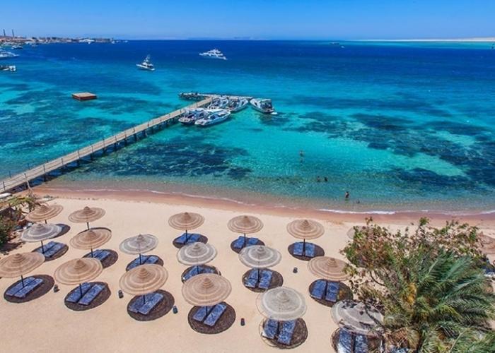 poza Vacanță pe litoralul Mării Roșii: relaxare, nisip auriu și fierbinte și apă de culoare turcoaz